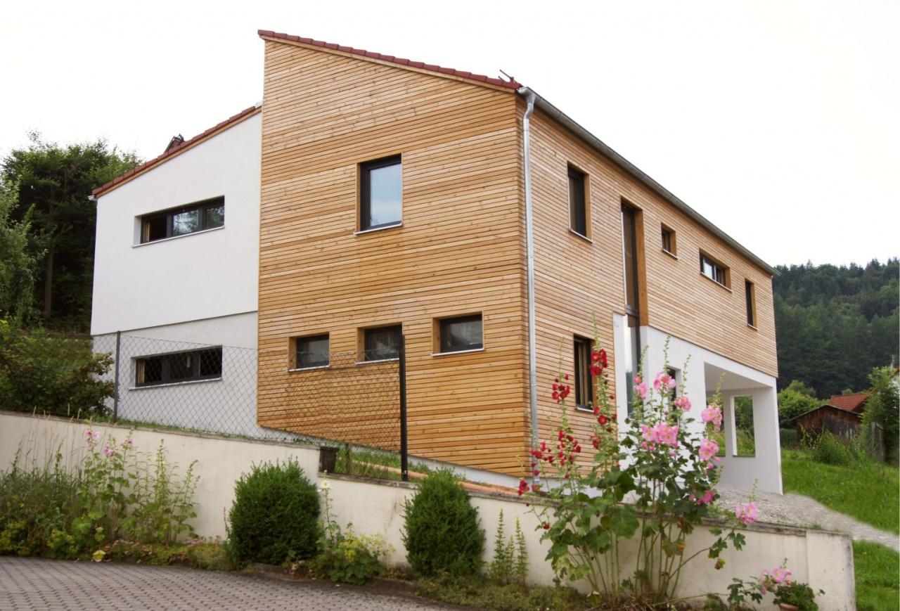 Haus mit Holzquerverschalung