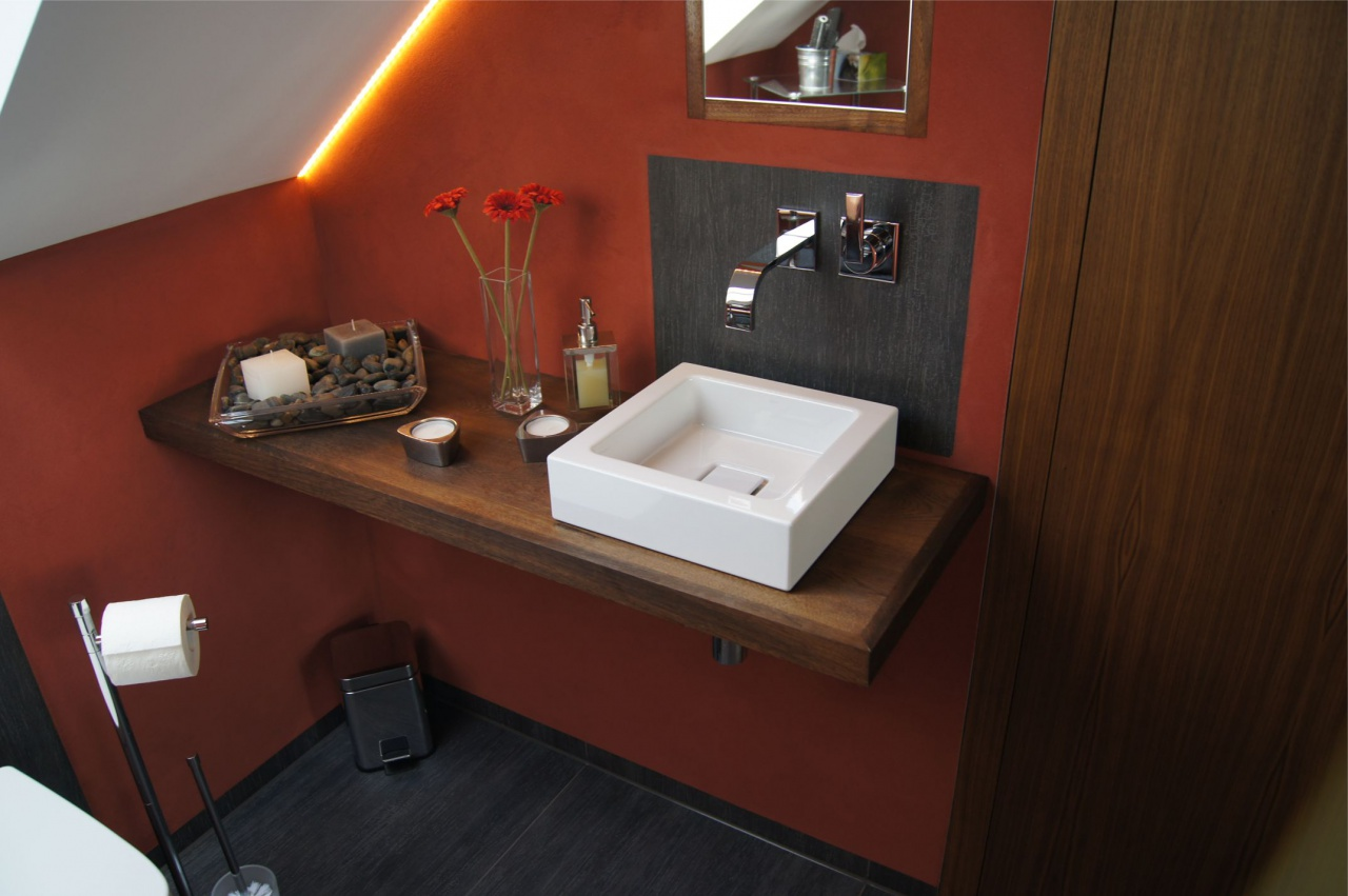 Bad mit roter Wand