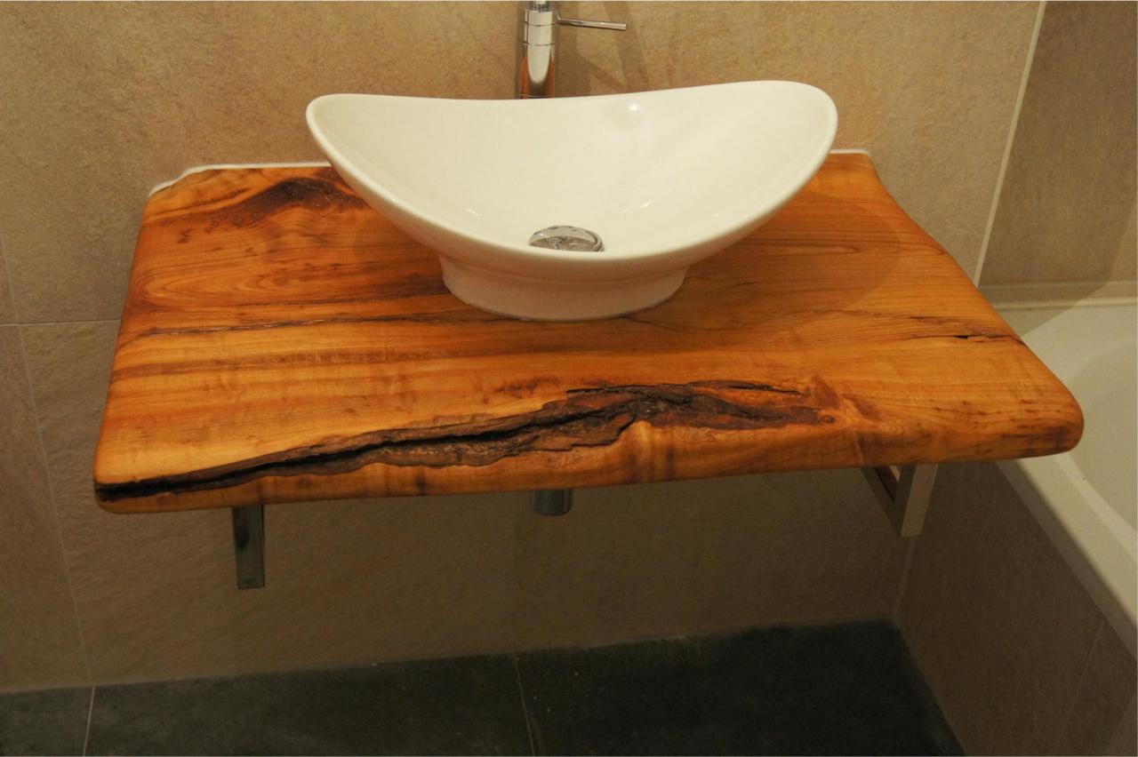 Waschbecken auf rustikalem Holz